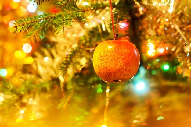 モミの木の枝のカラフルなクリスマスの装飾がクローズアップ。
