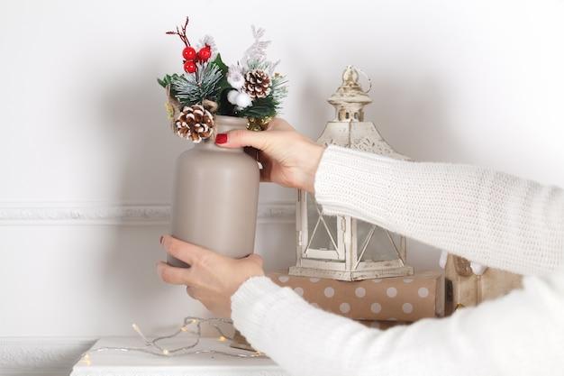 Красочные рождественские украшения на каминной мантии