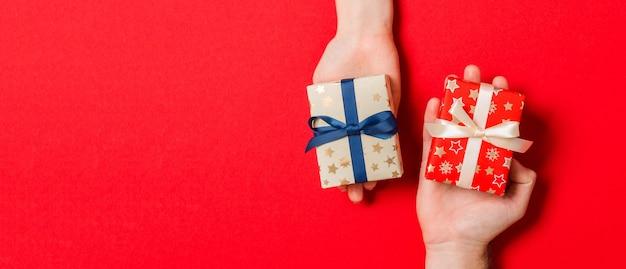 Красочная рождественская подарочная коробка в руках