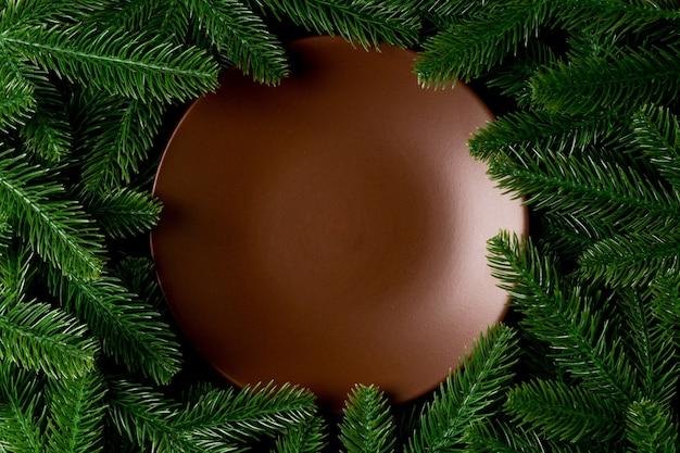 Красочная новогодняя тарелка с украшениями