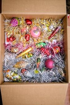 Разноцветные новогодние игрушки в коробке