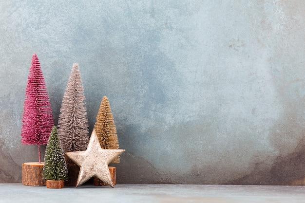 Красочная рождественская елка на синем фоне.