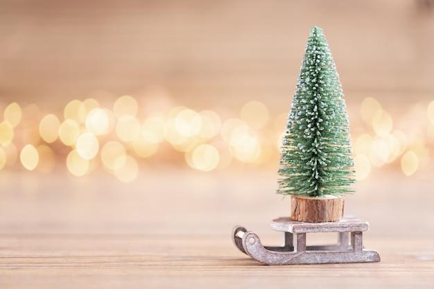 Красочная рождественская елка на фоне боке. концепция празднования рождественских каникул. открытка.
