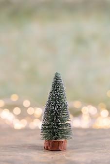Красочная елка на зеленом фоне боке