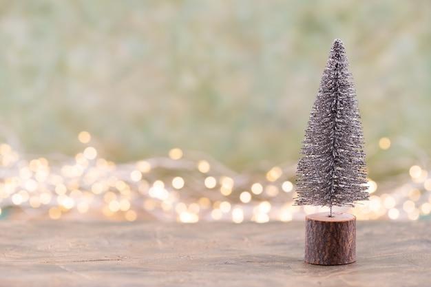Красочная рождественская елка на зеленом фоне, боке.