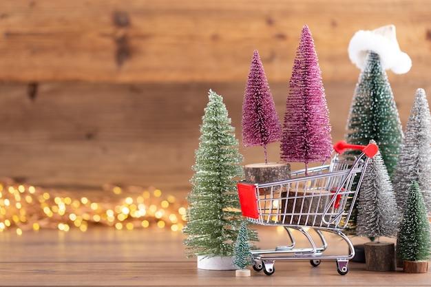 Красочная рождественская елка на деревянном фоне боке. концепция празднования рождественских каникул. открытка.