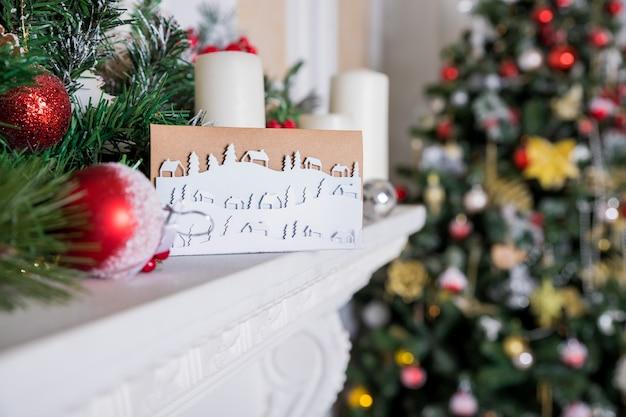 カラフルなクリスマスtree.paper棚の上のクリスマスと新年のグリーティングカード。 diyコンセプト。雪の風景、冬が来ています。最小限のペーパーアートスタイル。雪に覆われた田舎の風景。抽象的なデザイン。