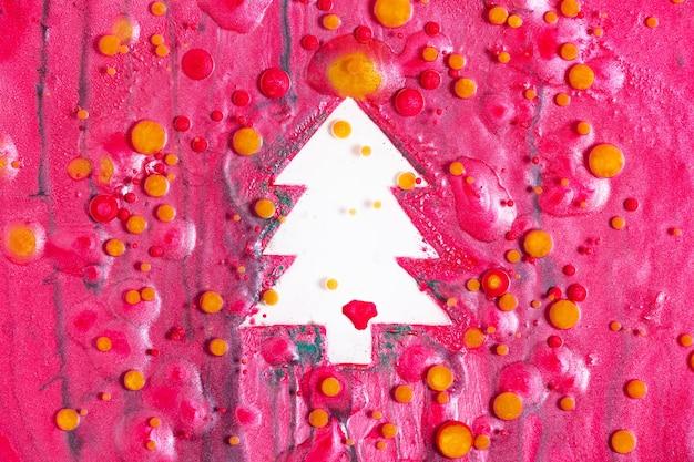 아름다운 흐르는 페인트와 반짝이는 겨울 방학을 위한 밝은 배경으로 새해 축하 배경을 위한 넘치는 거품 유체 예술이 있는 다채로운 크리스마스 트리