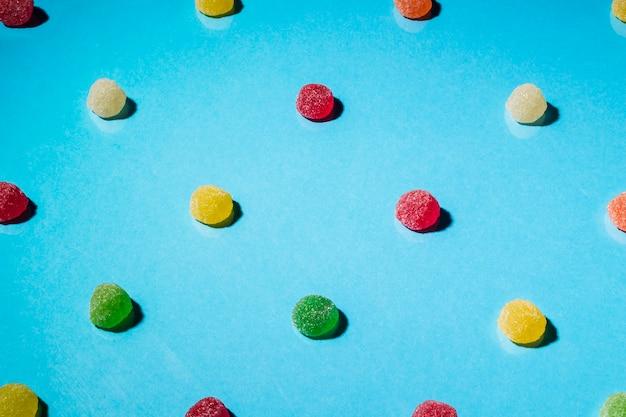 파란색 배경에 화려한 원형 설탕 젤리 사탕