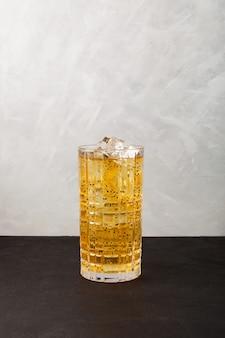 灰色の背景に背の高いガラスのバジルシードとカラフルな柑橘系のさわやかな夏のアイスドリンク