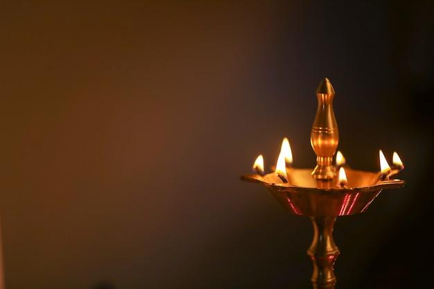 ディワリ祭のお祝い中にカラフルな粘土のdiyaランプが点灯
