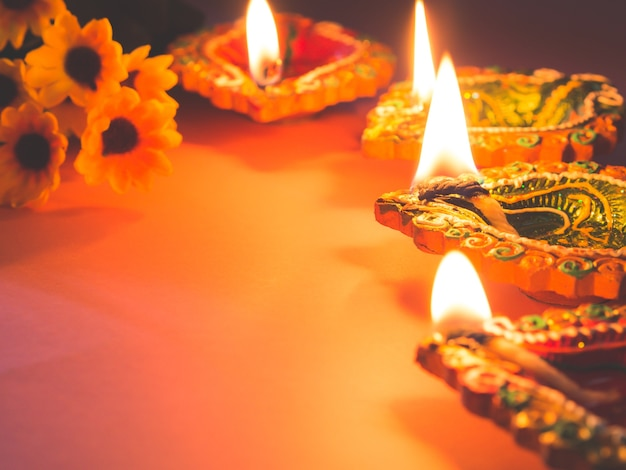 Красочные глиняные лампы diya, освещенные цветами для фестиваля индуистских дивали