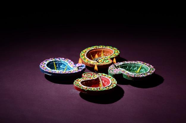 Diwali 축제 기간 동안 화려한 점토 diya (랜턴) 램프가 켜집니다. 인사말 카드 디자인 diwali라는 인도 힌두 빛 축제.
