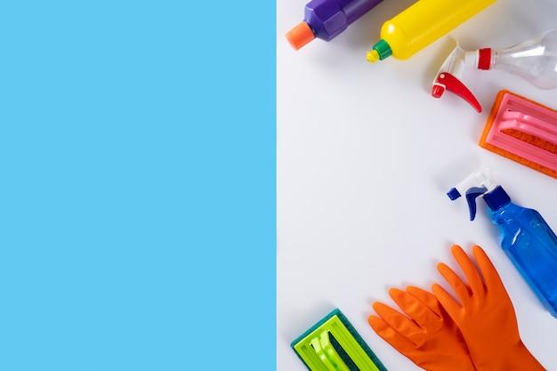 Красочная уборка кухни, ванной комнаты и других помещений концепция чистого обслуживания