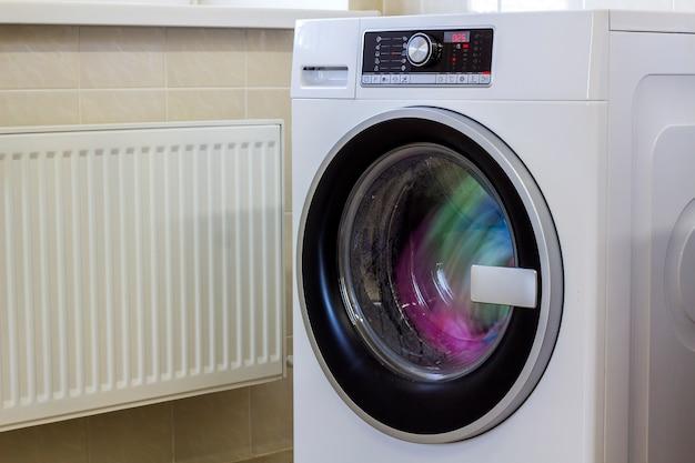 세탁기에 화려한 옷과 수건