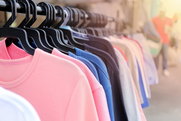 洗濯物に掛かるカラフルな服。