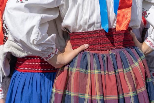 Красочная одежда на молодых девушках во время фестиваля в украине. закрыть вверх