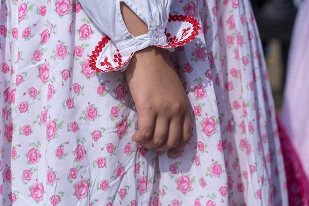 우크라이나의 축제 기간 동안 어린 소녀들에게 화려한 옷을 입혔습니다. 확대