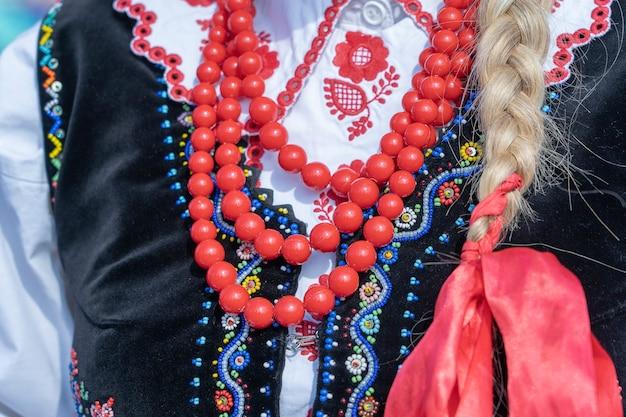 Красочная одежда с бусами у молодых девушек во время фестиваля в украине. закрыть вверх