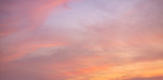 カラフルな雲空の夕日。グラデーションカラー。空のテクスチャ、抽象的な性質のパノラマビューの背景
