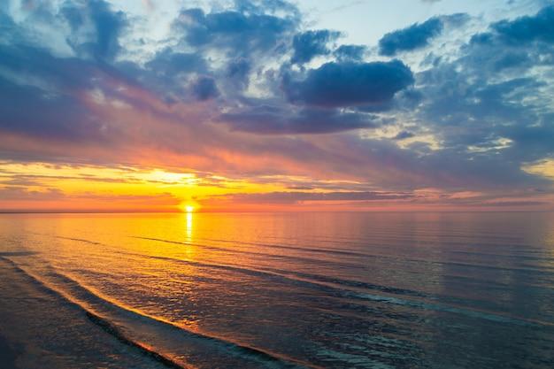 바다 물 저녁 여름 풍경 보기 발트해에 아름 다운 반사와 일몰에 다채로운 구름