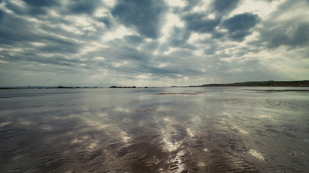 湖の上のカラフルな雲
