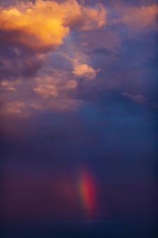 日没時のカラフルな曇り空と虹のグラデーションカラー空のテクスチャ抽象的な自然の背景