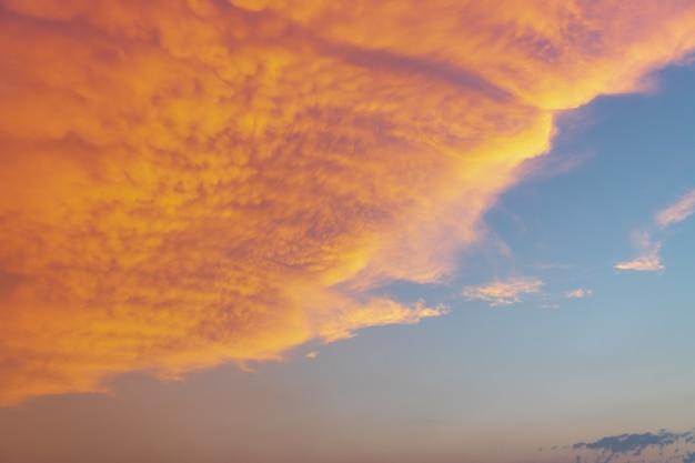 Красочное облачное небо на закате. цвет градиента. текстура неба, абстрактный фон природы