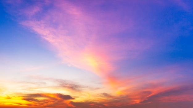 Красочная облачная панорама неба в сумерках, время восхода или заката