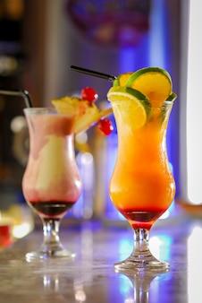 바 카운터에서 다채로운 칵테일 음료.
