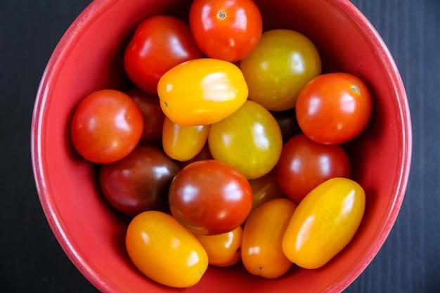 ボウルにカラフルなカクテルトマト。上面図
