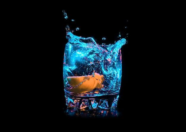 Красочный коктейль с долькой лимона на черном фоне