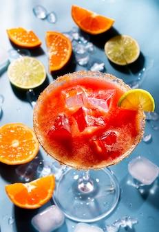 Красочные коктейли на барном столе в ресторане