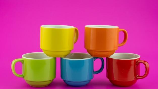 다채로운 종이 배경에 다채로운 커피 컵 커피숍에서 커피와 차를 위한 많은 컵 음식 및 음료 배경 개념