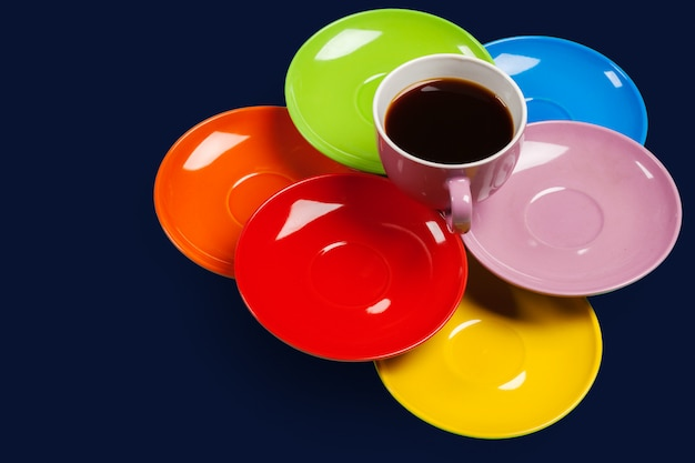 カラフルな活気のあるカラフルなコーヒーカップとソーサー