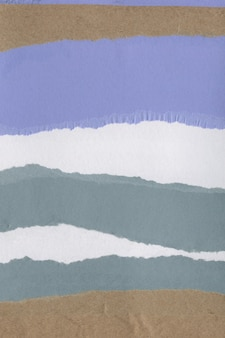 다양한 찢어진 종이와 판지 부품으로 만든 다채로운 콜라주 텍스처