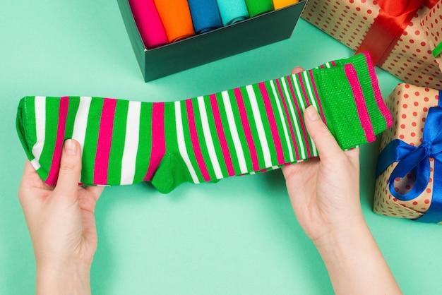 Красочная коллекция хлопковых носков в подарок женщине в руки. подарок.