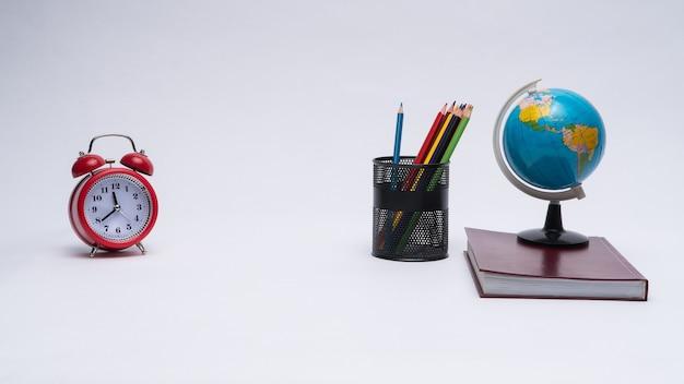 학교 용품의 다채로운 컬렉션은 흰색 배경에 설정합니다. 학교로 돌아가다. 훌륭한 아이디어