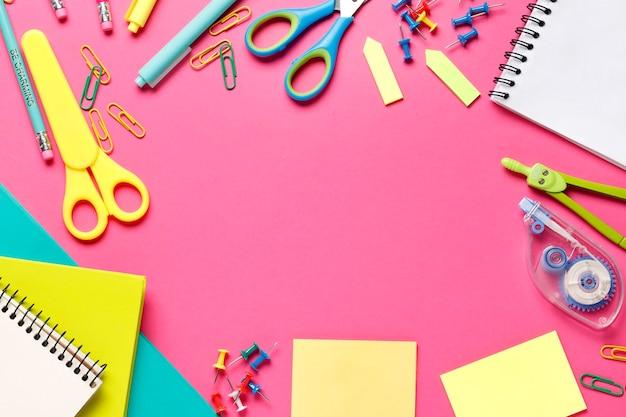 Красочная композиция из школьных принадлежностей, карандаши, маркеры, линейки, краски, копия пространства в центре.