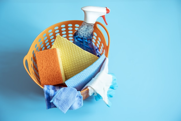 스폰지, 넝마, 장갑 및 청소용 세제와 함께 다채로운 구성을 닫습니다. 청소 서비스 개념.