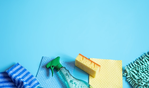 일반 청소용 스폰지, 헝겊, 장갑 및 세제로 다채로운 구성. 청소 서비스 개념 배경