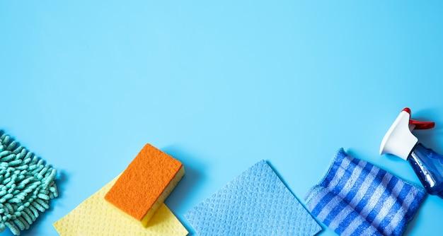一般的なクリーニング用のスポンジ、ぼろきれ、手袋、洗剤を使用したカラフルな組成物。クリーニングサービスコンセプトの背景
