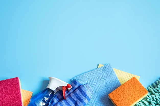 일반 청소용 스폰지, 헝겊, 장갑 및 세제로 다채로운 구성. 청소 서비스 개념.