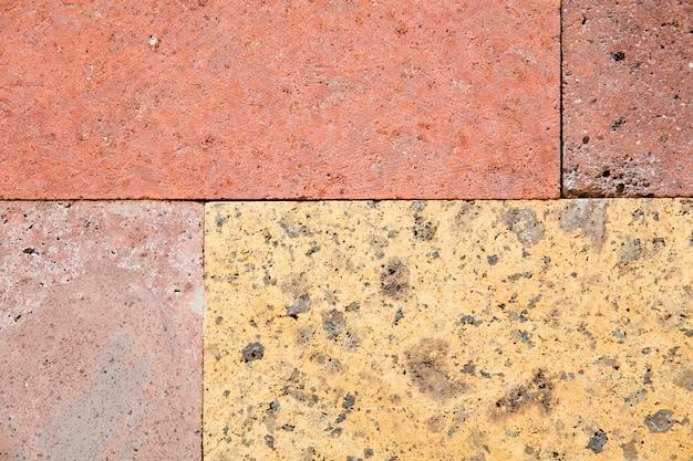 Цветные бетонные блоки на заднем плане
