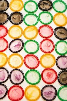 Красочный фон презервативов. вид сверху.