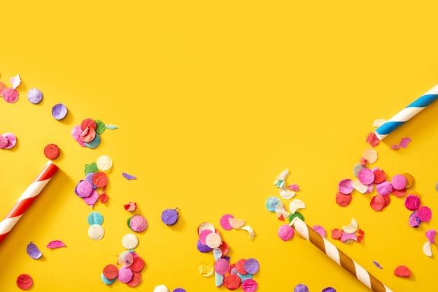 Красочное конфетти на желтом фоне.