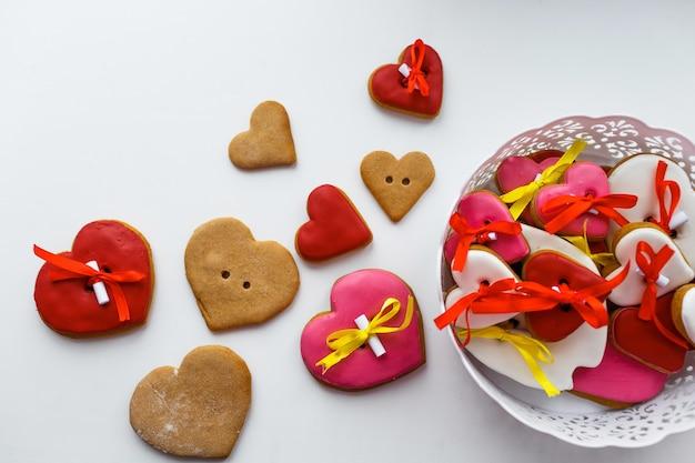 흰색 테이블에 심장의 모양에 다채로운 쿠키.