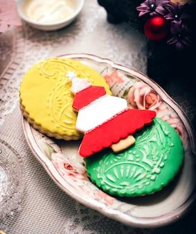 Biscotti colorati su un piccolo piatto
