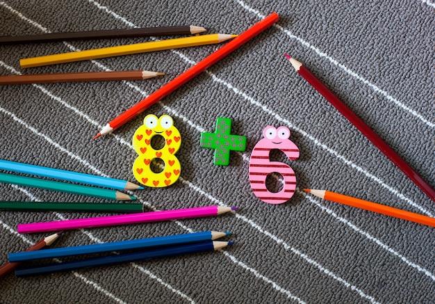 Цветные мелки и рисунок. фон дошкольного и детского сада. снова в школу концепции.
