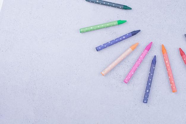 Цветные мелки, изолированные на серой поверхности